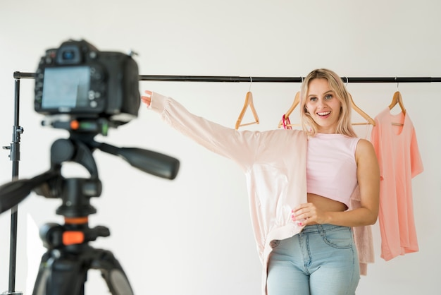 Blonde influencer opname modevideo