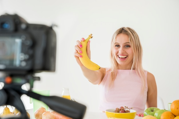 Blonde influencer opname voedingsvoedsel