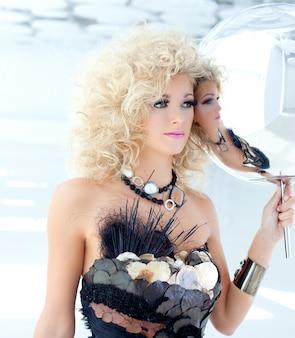Blonde jaren 80 vrouw met etnische cancan parelwitte jurk