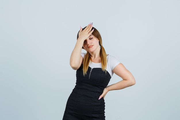 Blonde jonge dame in geïsoleerde kleding gebaren