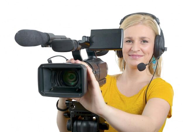 Blonde jonge vrouw met professionele videocamera, op wit