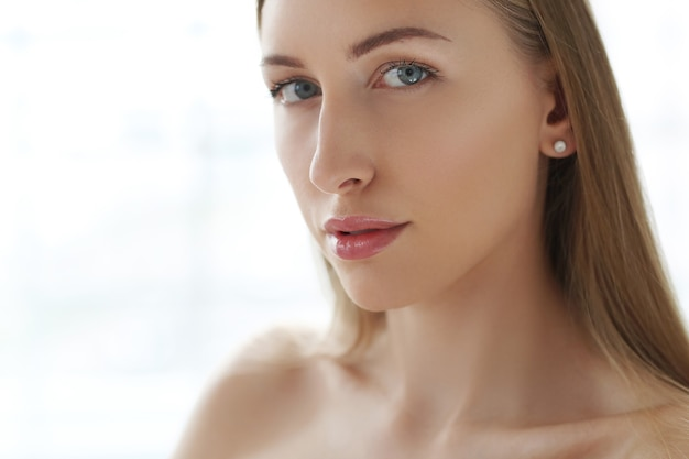 Blonde jonge vrouw poseren