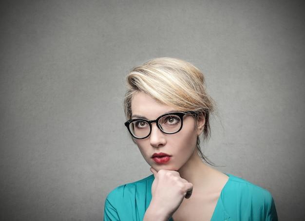 Blonde jonge zakenvrouw