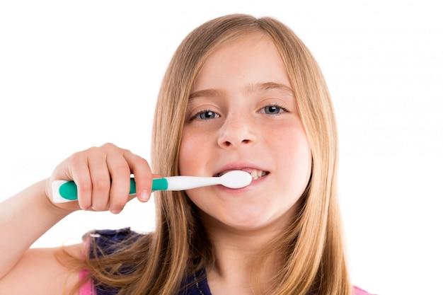 Blonde jongen ingesprongen tandenborstel van meisjes de schoonmakende tanden