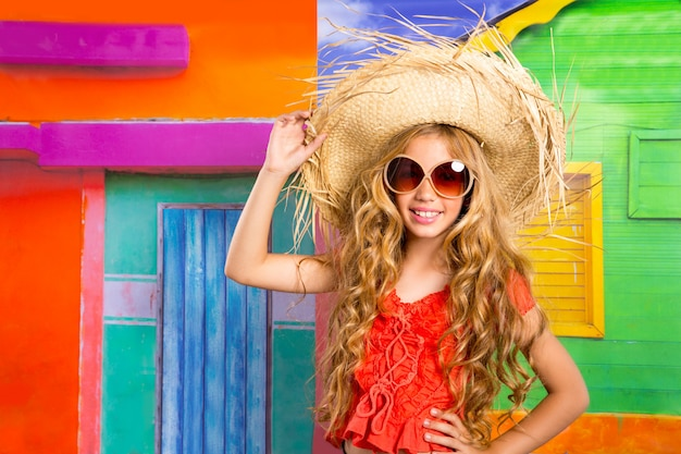 Blonde kinderen gelukkig toeristische meisje strand hoed en zonnebril