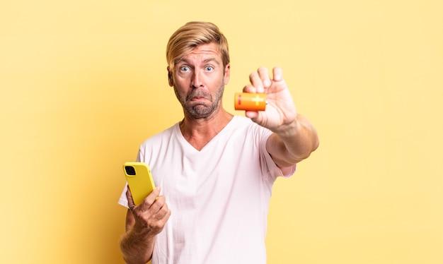 Blonde knappe volwassen man met een batterij