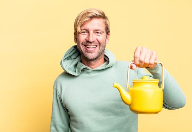Blonde knappe volwassen man met een theepot