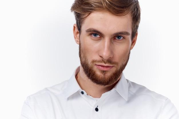 Blonde man met een dikke baard en snor in een wit overhemd