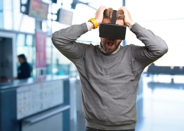 Blonde man met een virtuele bril. verbaasde uitdrukking