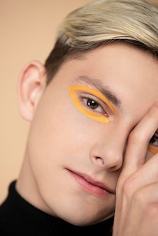 Blonde man met make-up