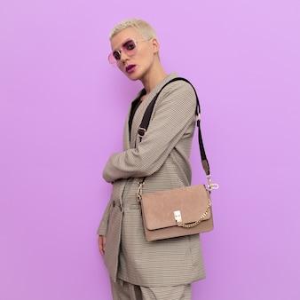 Blonde mannequin in een geruit vintage pak en stijlvolle accessoires