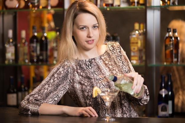 Blonde meisje barman op het werk