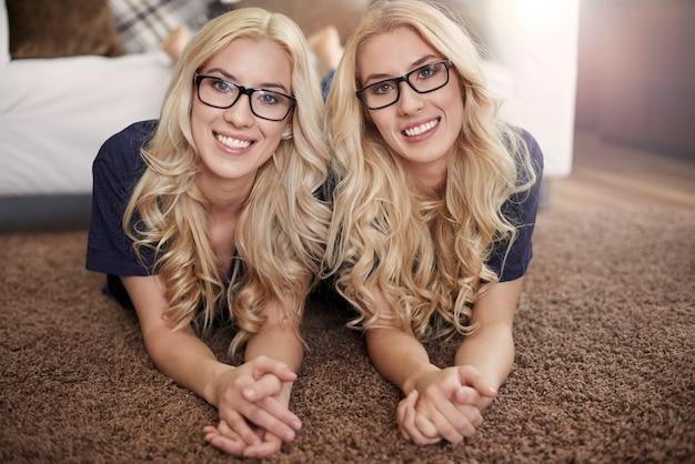 Blonde meisjes met een mode-bril