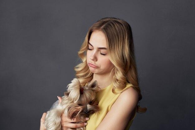 Blonde met kleine rasechte hond die leuke vriendschap speelt. hoge kwaliteit foto