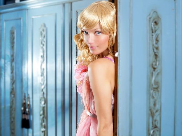 Blonde mode vrouw vintage in kast roze jurk