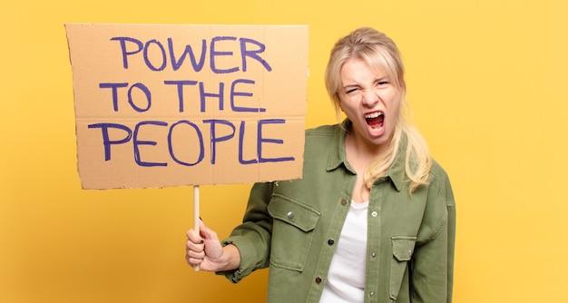 Blonde mooie activistische vrouw.