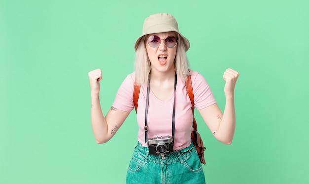 Blonde mooie vrouw die agressief met een boze uitdrukking schreeuwt. zomer concept