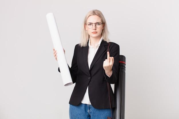 Blonde mooie vrouw die zich boos, geïrriteerd, opstandig en agressief voelt. architect concept