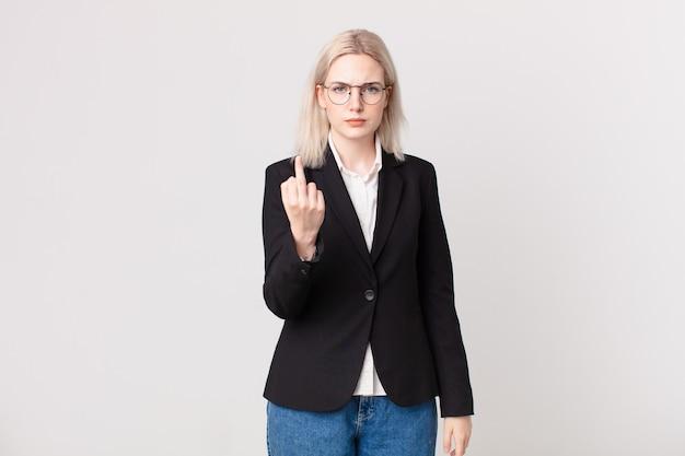 Blonde mooie vrouw die zich boos, geïrriteerd, opstandig en agressief voelt. bedrijfsconcept