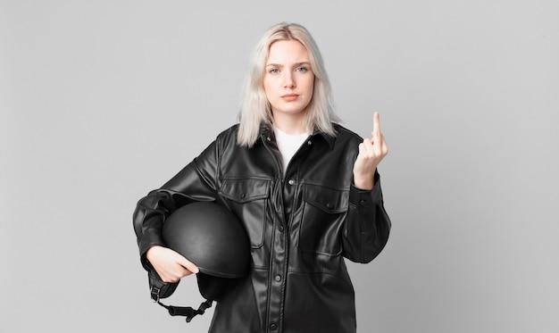 Blonde mooie vrouw die zich boos, geïrriteerd, opstandig en agressief voelt. motorrijder concept
