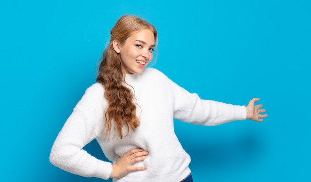 Blonde mooie vrouw die zich gelukkig en vrolijk voelt