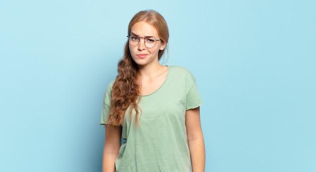 Blonde mooie vrouw die zich verward en twijfelachtig voelt, zich afvraagt of probeert te kiezen of een beslissing te nemen