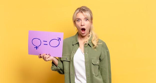 Blonde mooie vrouw gendergelijkheid concept