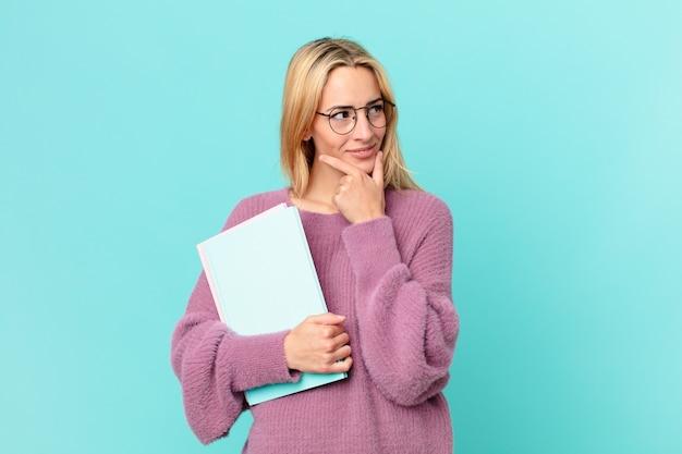 Blonde mooie vrouw met boeken studeren
