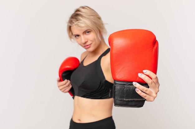 Blonde mooie vrouw met bokshandschoenen