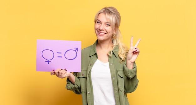 Blonde mooie vrouw met bord voor gendergelijkheid