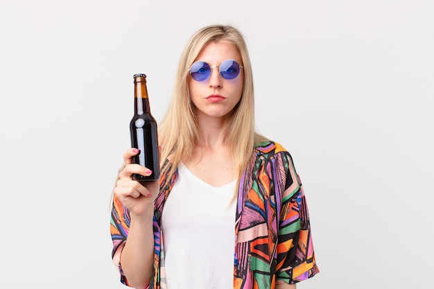 Blonde mooie vrouw met een biertje. zomer concept