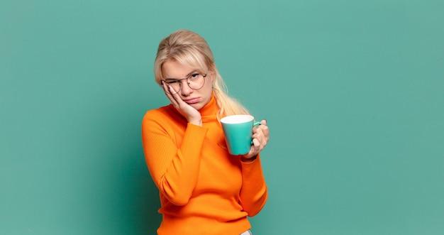 Blonde mooie vrouw met een kopje koffie of thee