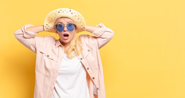 Blonde mooie vrouw op vakantie met een exemplaarruimte