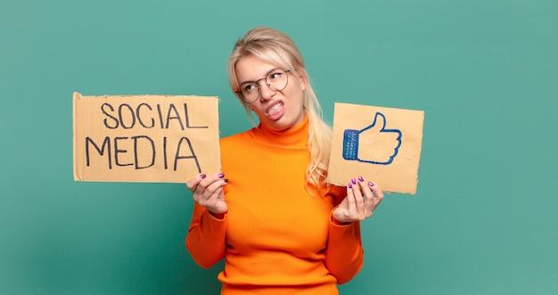 Blonde mooie vrouw sociale media zoals concept