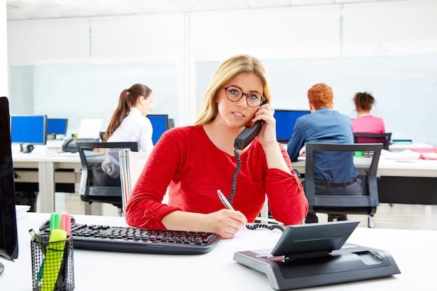 Blonde onderneemster in call centre werkend bureau