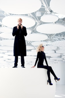 Blonde paar geheim geheim agent en sexy meisje in het zwart