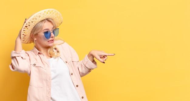 Blonde prewoman op vakantie met een kopieerruimte