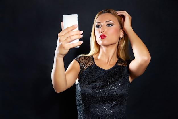 Blonde smartphone van de maniervrouw selfie
