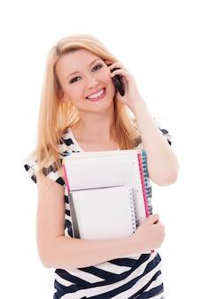 Blonde student met mobiele telefoon