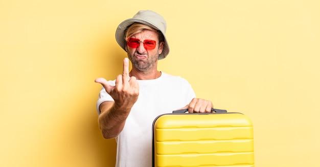 Blonde volwassen man voelt zich boos, geïrriteerd, opstandig en agressief. reiziger concept