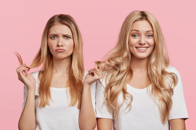 Blonde vriendinnen gekleed in het wit
