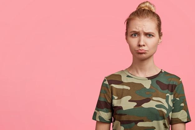 Blonde vrouw camouflage t-shirt dragen