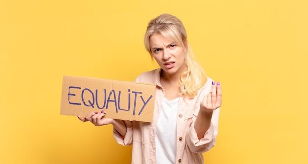 Blonde vrouw die capice of geldgebaar maakt en zegt dat je je schulden moet betalen!
