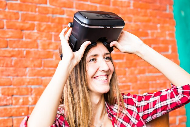 Blonde vrouw die de virtual reality-headset gebruikt