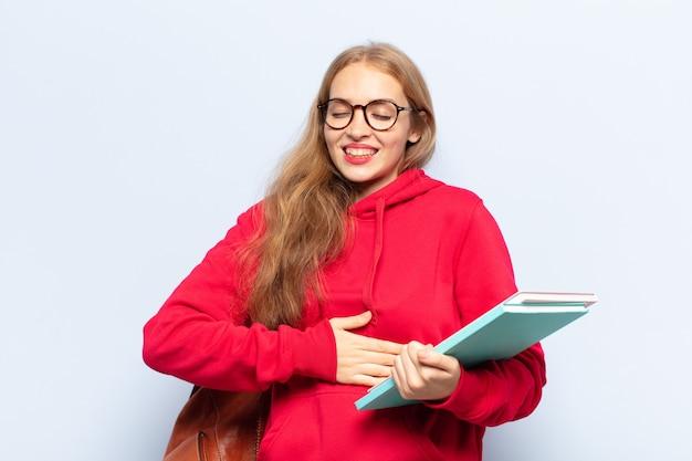 Blonde vrouw die hardop lacht om een hilarische grap, zich gelukkig en opgewekt voelt, plezier heeft