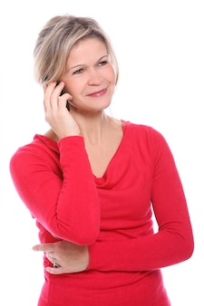 Blonde vrouw die op de telefoon spreekt