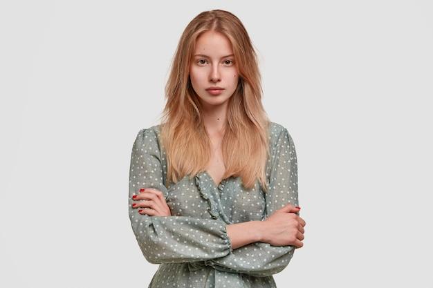 Blonde vrouw die polka dot blouse draagt
