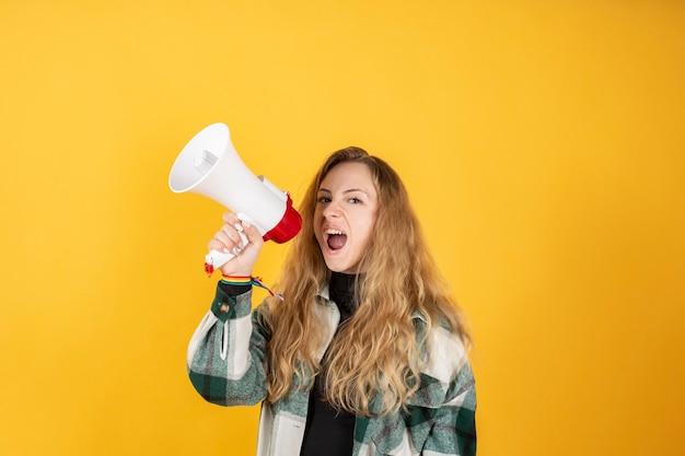 Blonde vrouw die protesteert voor de rechten van vrouwen