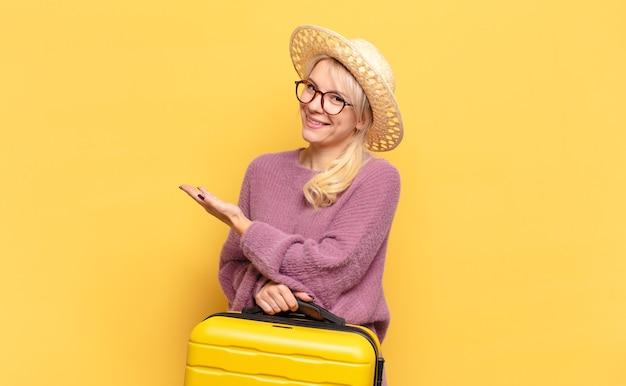Blonde vrouw die vrolijk glimlacht, zich gelukkig voelt en een concept in exemplaarruimte met handpalm toont