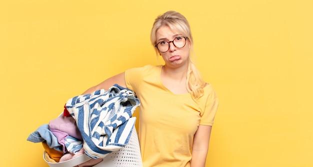 Blonde vrouw die zich verdrietig en zeurderig voelt met een ongelukkige blik, huilt met een negatieve en gefrustreerde houding